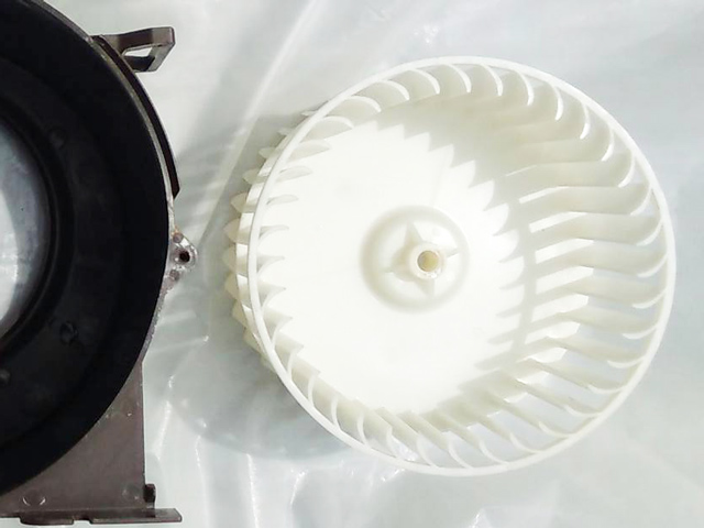 ホコリやチリをすっきり洗浄し、ピカピカになった換気扇部品
